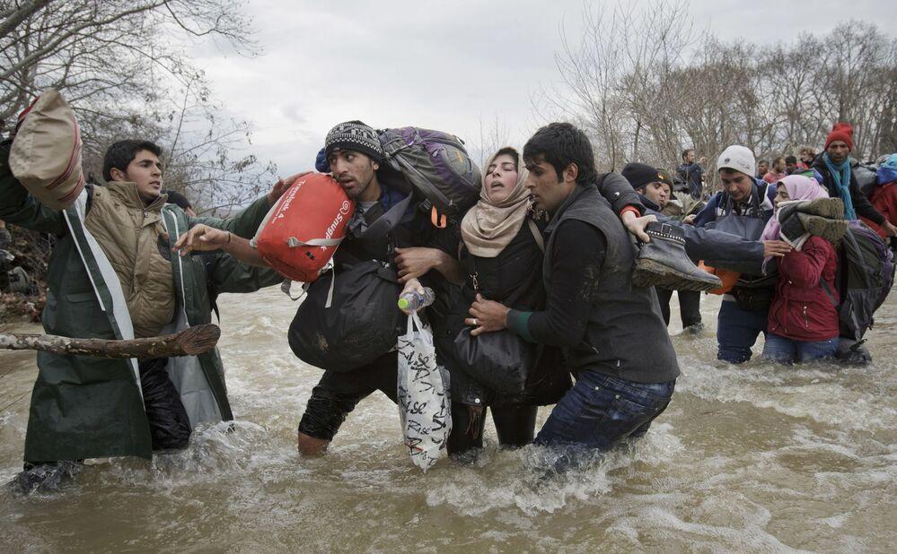 Zdjęcie Uchodźcy przechodzą. Autor: Vadim Ghirda. Drugie miejsce w kategorii Współczesne problemy - zdjęcie pojedyncze.