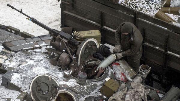 Ukraiński wojskowy ładuję amunicję do czołgu w Awdijiwce - Sputnik Polska