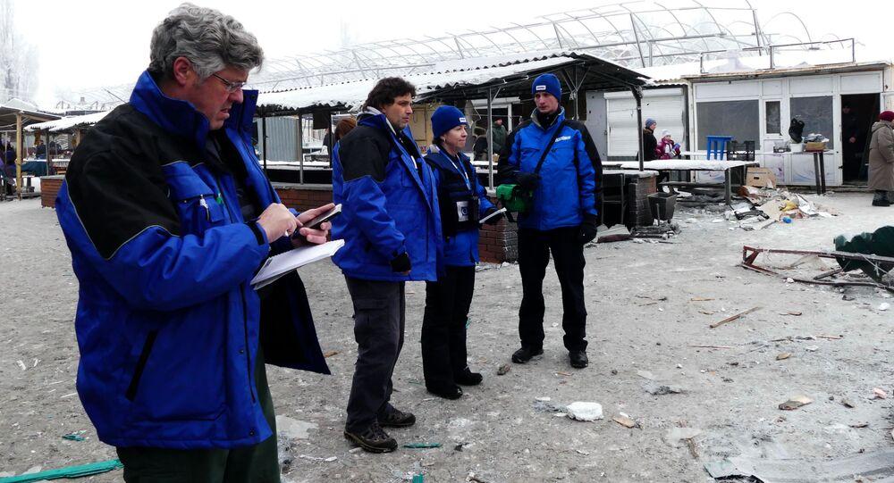 Pracownicy OBWE przyglądają się zniszczeniom po ostrzale przez ukraińskie siły zbrojne miasta Debalcewe w obwodzie donieckim
