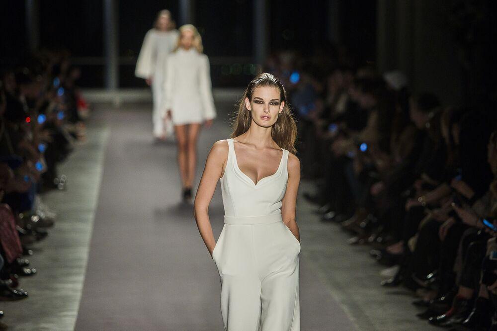 Model prezentuje kolekcję Brandon Maxwell podczas Tygodnia Mody w Nowym Jorku