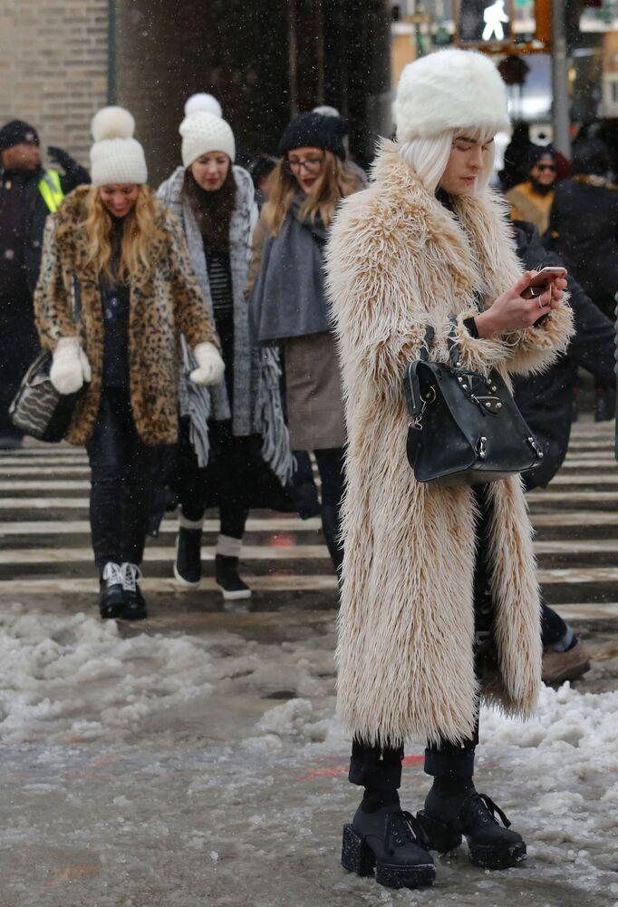 Widzowie po pokazie kolekcji Tadashi Shoji podczas Tygodnia Mody w Nowym Jorku