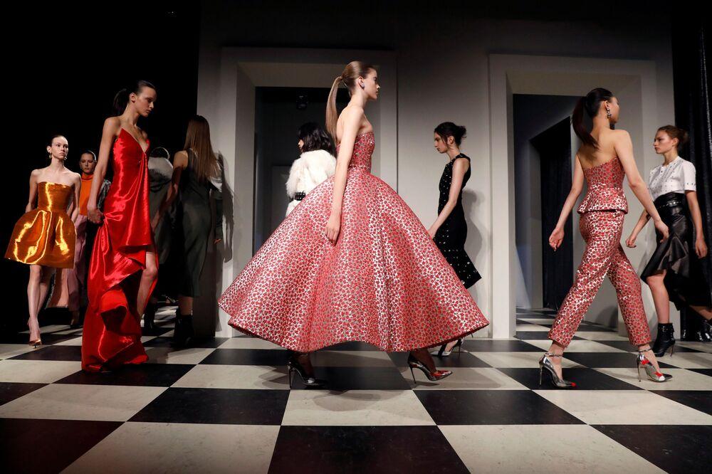 Model prezentuje kolekcję Monse and Oscar de la Renta podczas Tygodnia Mody w Nowym Jorku
