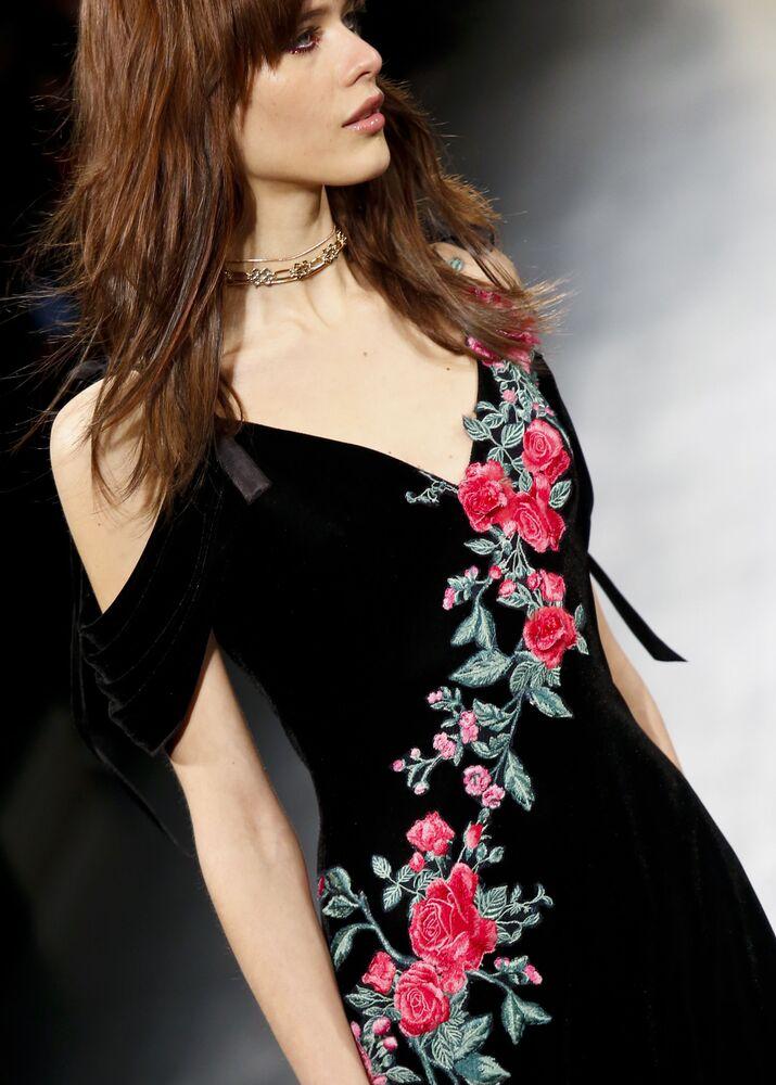 Model prezentuje kolekcję Tadashi Shoji podczas Tygodnia Mody w Nowym Jorku