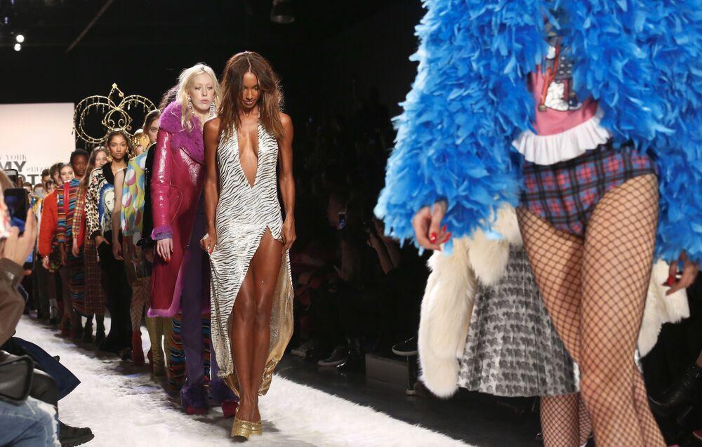 Modelki prezentują kolekcję Jeremy Scott podczas Tygodnia Mody w Nowym Jorku