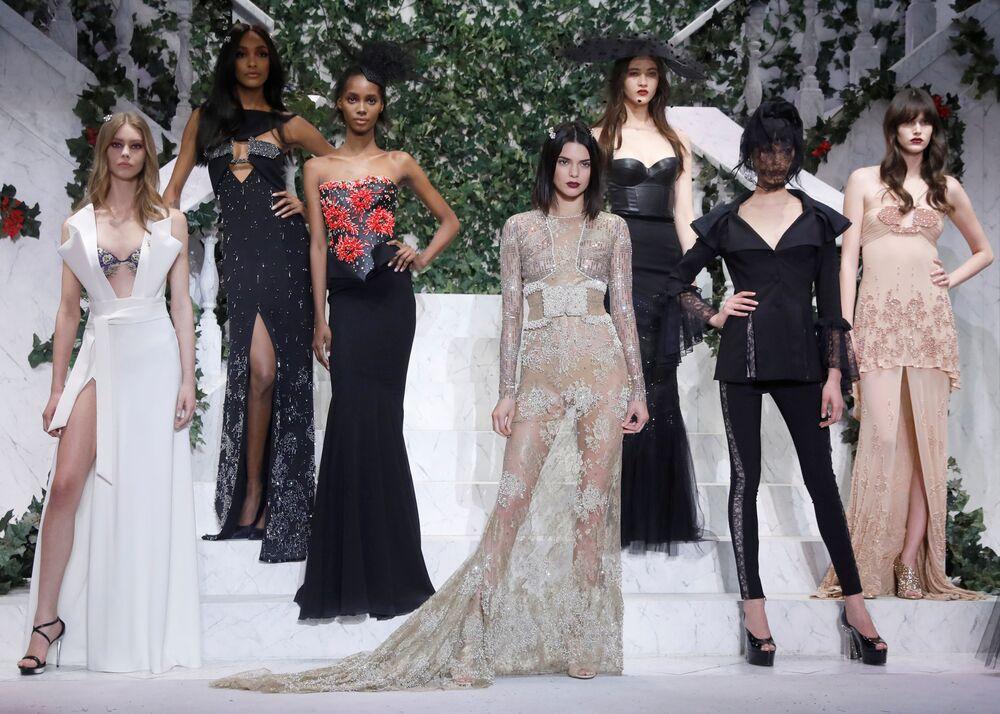 Model prezentuje kolekcję La Perla podczas Tygodnia Mody w Nowym Jorku