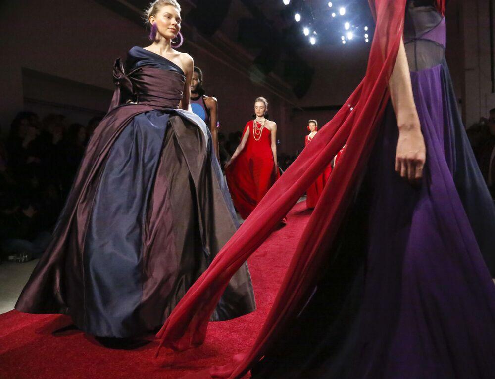 Modelki prezentują kolekcję Naeem Khan podczas Tygodnia Mody w Nowym Jorku