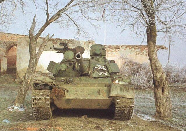 Tank armii Serbii w zniszczonej wiosce Lapaštica w Kosowie, 1999 rok