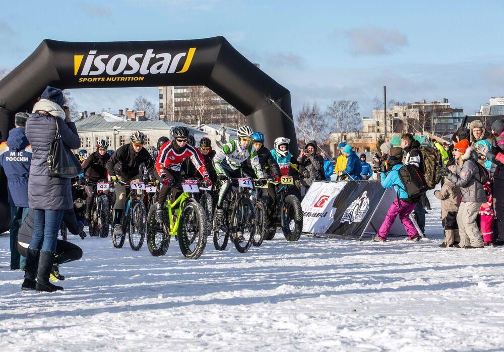 Start maratonu rowerowego odbywającego się w ramach Międzynarodowego Zimowego Festiwalu Hiperborea w Karelii.