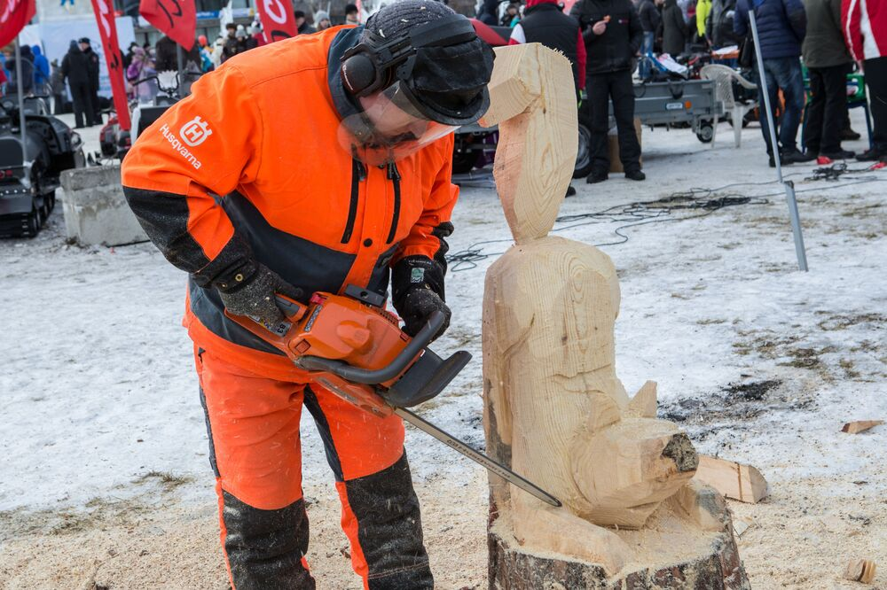 Warszaty rzeźbienia z drewna przy użyciu piły łańcuchowej podczas Międzynarodowego Zimowego Festiwalu Hiperborea w Karelii.