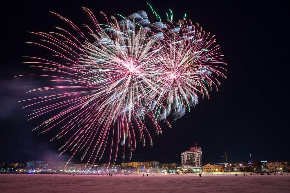 Nocne fajerwerki podczas Międzynarodowego Zimowego Festiwalu Hiperborea w Karelii.