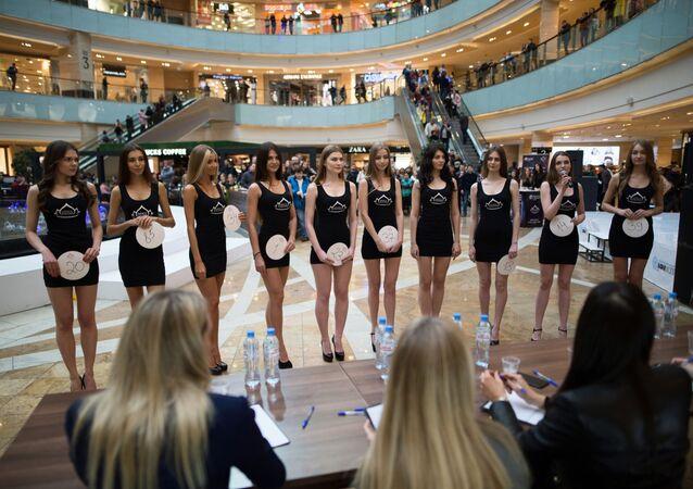 Uczestniczki otwartego castingu do konkursu Miss Rosja w Moskwie