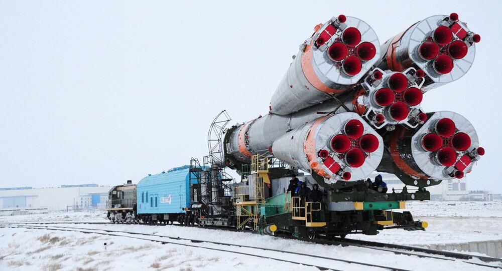"""Ustawienie rakiety nośnej """"Sojuz-U"""" na wyrzutni"""