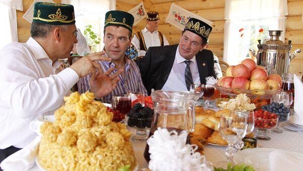 Wizyta Dmitrija Miedwiediewa w Kazaniu z okazji Święta Pługa (Sabantuj). Na stole tradycyjny czak-czak - Sputnik Polska