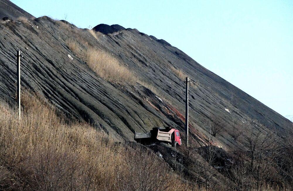 Wydobycie i rozładunek węgla w kopalni  imienia S.M. Kirowa państwowego zakładu Makiejewugol w obwodzie donieckim.