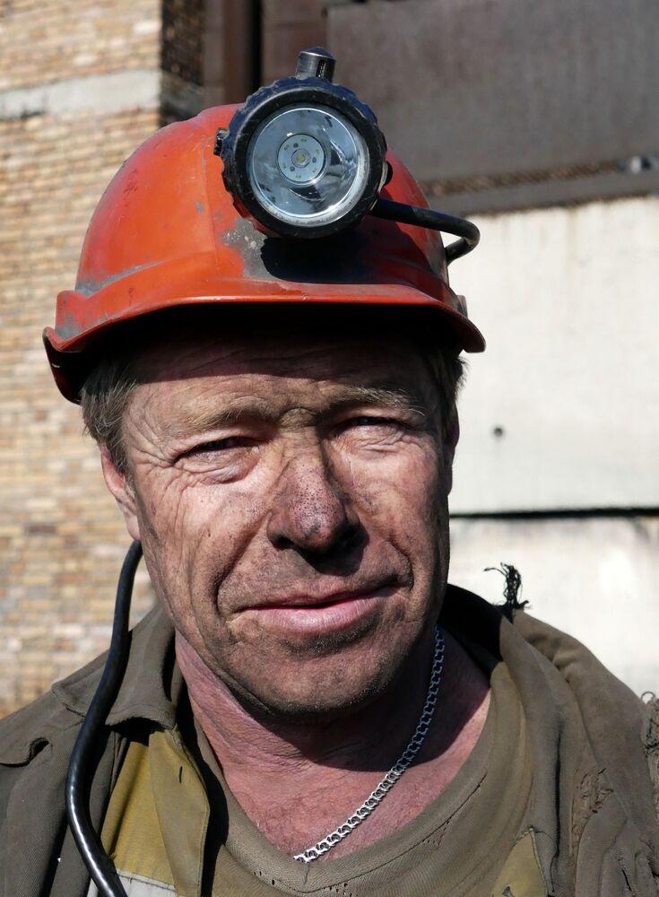 Górnik w kopalni imienia S.M. Kirowa państwowego zakładu Makiejewugol w obwodzie donieckim.