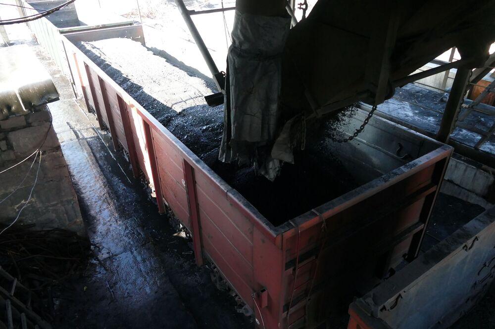 Rozładunek węgla w kopalni  imienia S.M. Kirowa państwowego zakładu Makiejewugol w obwodzie donieckim.