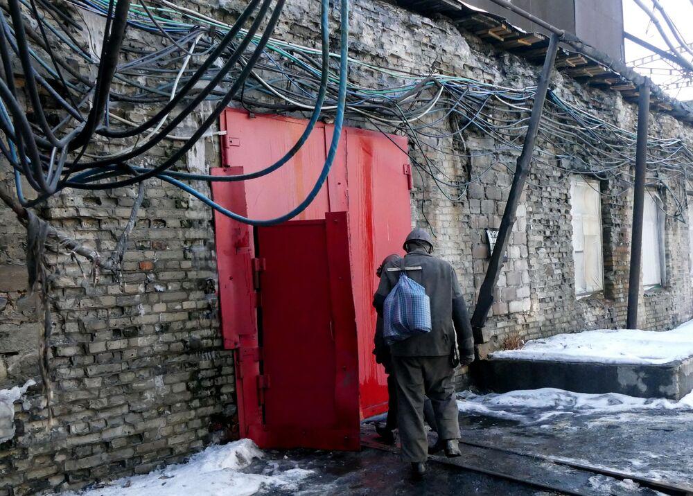 Pracownik kopalni imienia S.M. Kirowa państwowego zakładu Makiejewugol w obwodzie donieckim.
