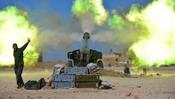 Bojownik sił pospolitego ruszenia podczas ostrzału pozycji terrorystów PI w zachodniej części Mosulu, Irak - Sputnik Polska
