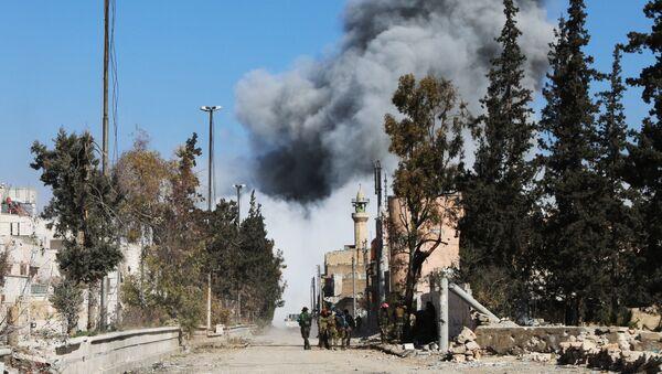 Kłęby dymu po przeprowadzonym nalocie na PI w syryjskim Al-Bab - Sputnik Polska