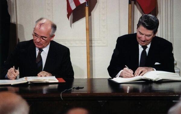 Michaił Gorbaczow i Ronald Reagan podpisują traktat INF, rok 1987 - Sputnik Polska