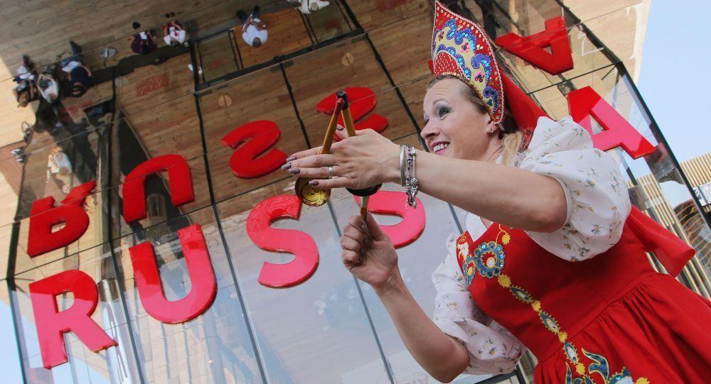 Uczestniczka, wykonująca rosyjski taniec ludowy z łyżkami na Wystawie Światowej EXPO 2015 w Mediolanie.