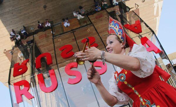 Uczestniczka, wykonująca rosyjski taniec ludowy z łyżkami na Wystawie Światowej EXPO 2015 w Mediolanie. - Sputnik Polska