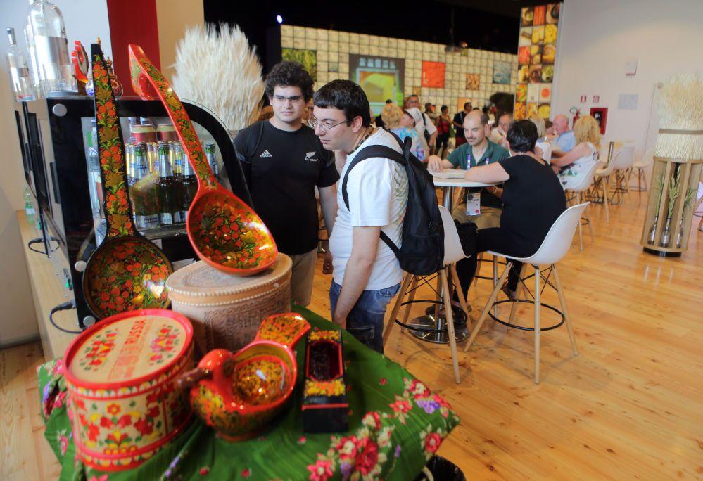 Zwiedzający rosyjski pawilon na Wystawie Światowej EXPO 2015 w Mediolanie.