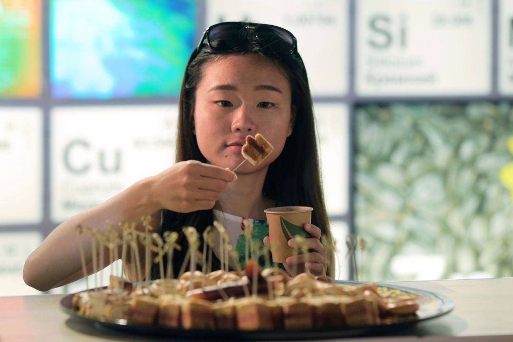Zwiedzająca podczas degustacji rosyjskich artykułów - Wystawa Światowa EXPO 2015 w Mediolanie.