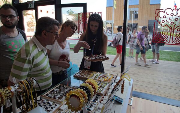 Zwiedzający sklep z pamiątkami w rosyjskim pawilonie na Wystawie Światowej EXPO 2015 w Mediolanie. - Sputnik Polska