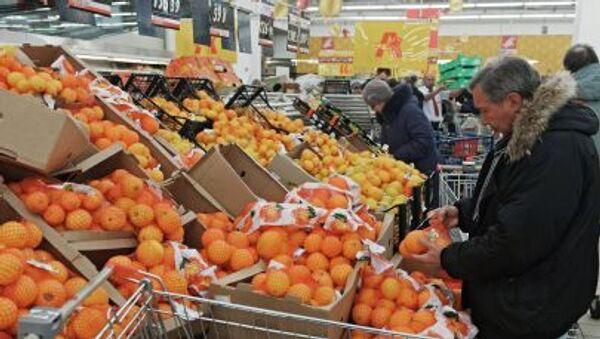 Посетитель выбирает фрукты в одном из магазинов торговой сети Ашан в Москве - Sputnik Polska