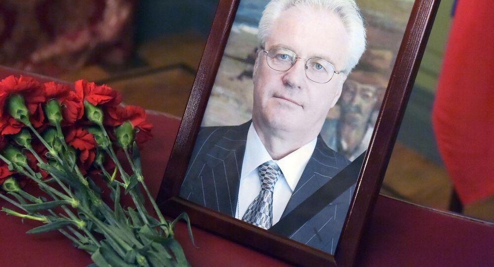 Kwiaty i portret w budynku Ministerstwa Spraw Zagranicznych Rosji w Moskwie w związku ze śmiercią stałego przedstawiciela Rosji przy ONZ Witalija Czurkina