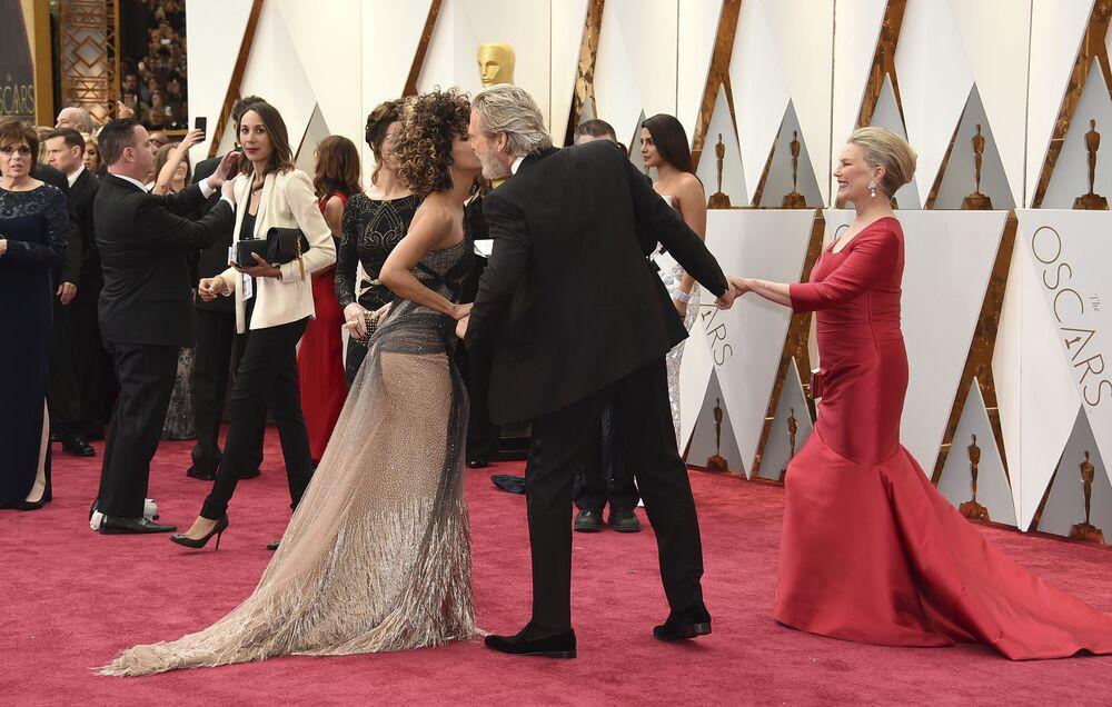 Aktorzy Halle Berry, Jeff Bridges i Susan Geston na czerwonym dywanie podczas ceremonii wręczenia Oscarów 2017