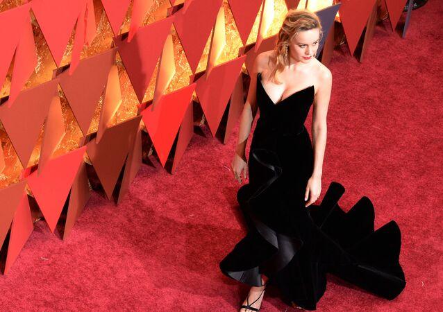 Aktorka Brie Larson na czerwonym dywanie podczas ceremonii wręczenia Oscarów 2017
