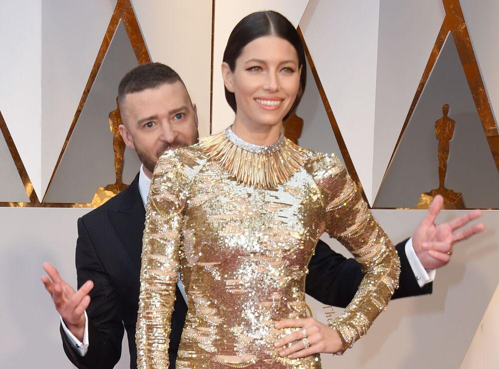 Amerykański piosenkarz Justin Timberlake i aktorka Jessica Biel na czerwonym dywanie podczas ceremonii wręczenia Oscarów 2017