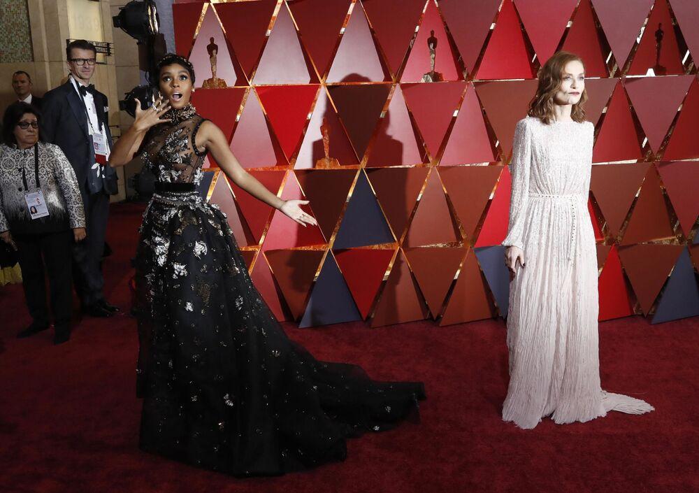 Aktorki Janelle Monae i Isabelle Huppert na czerwonym dywanie podczas ceremonii wręczenia Oscarów 2017
