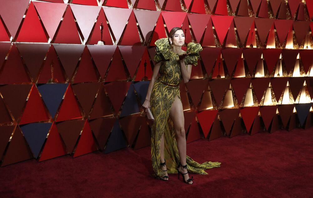 Aktorka Blanca Blanco na czerwonym dywanie podczas ceremonii wręczenia Oscarów 2017