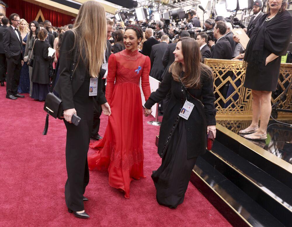 Aktorka Ruth Negga na czerwonym dywanie podczas ceremonii wręczenia Oscarów 2017