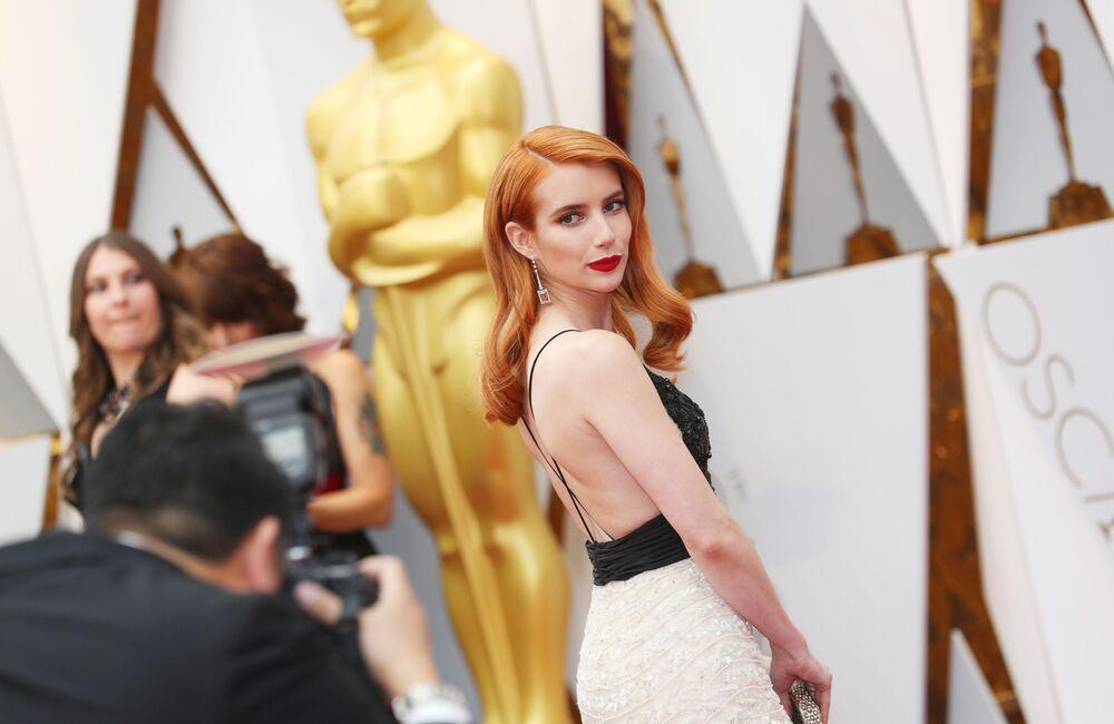 Aktorka Emma Roberts na czerwonym dywanie podczas ceremonii wręczenia Oscarów 2017
