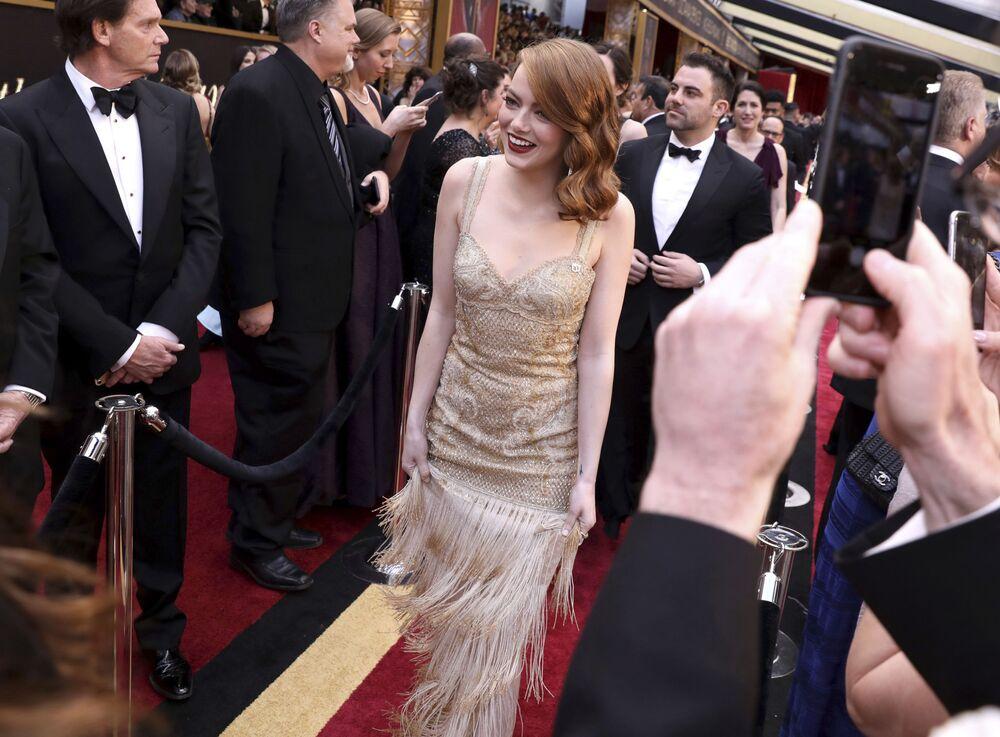 Aktorka Emma Stone na czerwonym dywanie podczas ceremonii wręczenia Oscarów 2017