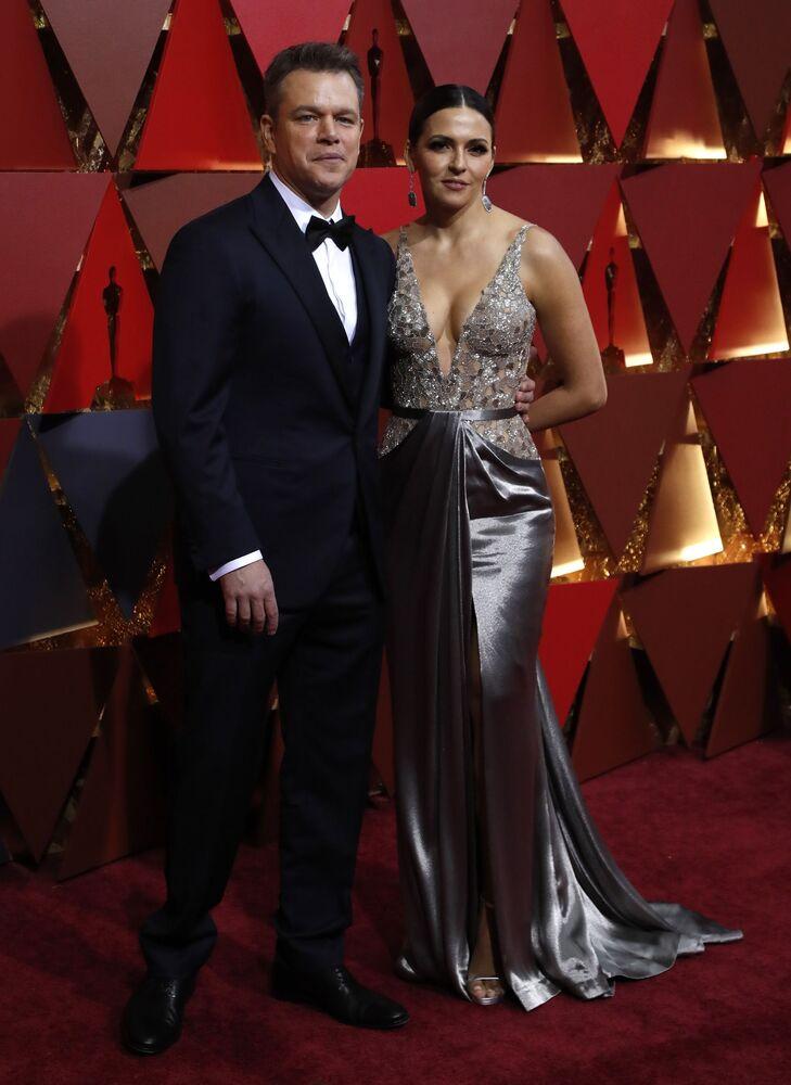 Aktor Matt Damon i jego żona Luciana Barroso na czerwonym dywanie podczas ceremonii wręczenia Oscarów 2017
