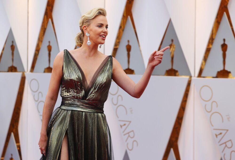 Aktorka Charlize Theron w sukni Dior na czerwonym dywanie podczas ceremonii wręczenia Oscarów 2017