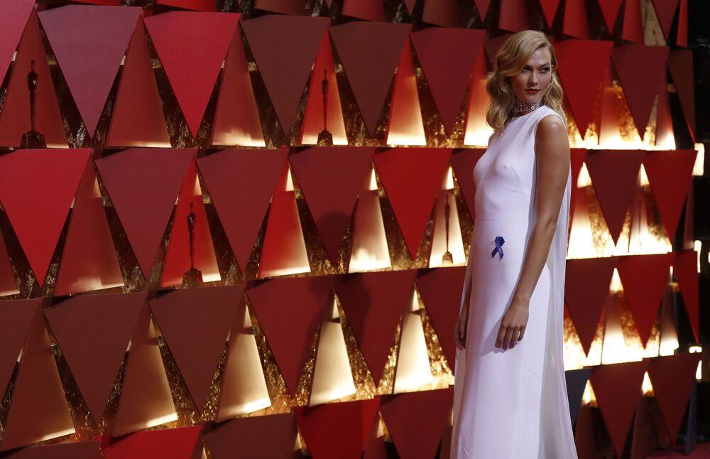 Supermodelka Karlie Kloss na czerwonym dywanie podczas ceremonii wręczenia Oscarów 2017