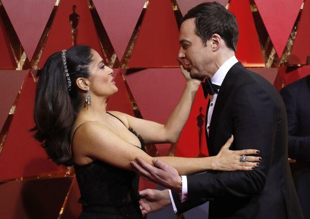 """Aktorka Salma Hayek i aktor Jim Parsons na ceremonii wręczenia """"Oscarów."""