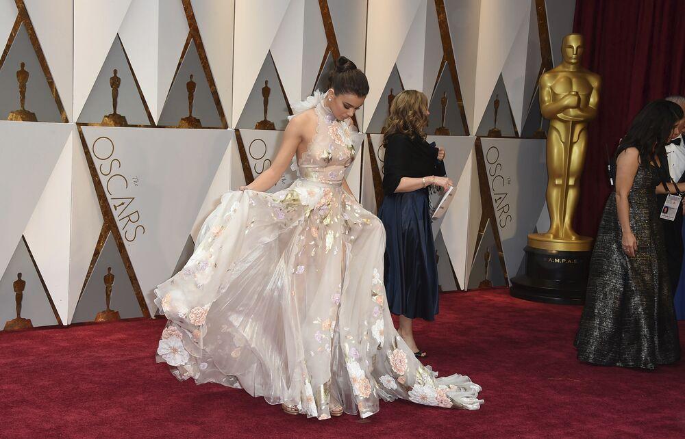 Aktorka Hailee Steinfeld na czerwonym dywanie podczas ceremonii wręczenia Oscarów 2017