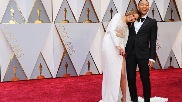 Модель Крисси Тейген и испольнитель Джон Ледженд  на красной дорожке церемонии Оскар  - Sputnik Polska