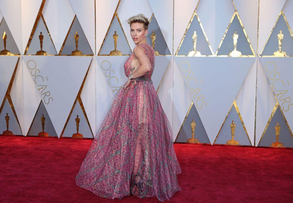 Aktorka Scarlett Johansson na czerwonym dywanie podczas ceremonii wręczenia Oscarów 2017