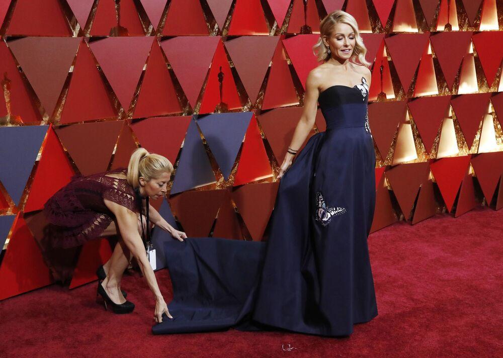 Aktorka Kelly Ripa na czerwonym dywanie podczas ceremonii wręczenia Oscarów 2017