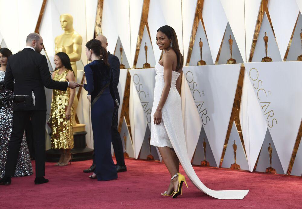 Aktorka Naomie Harris na czerwonym dywanie podczas ceremonii wręczenia Oscarów 2017