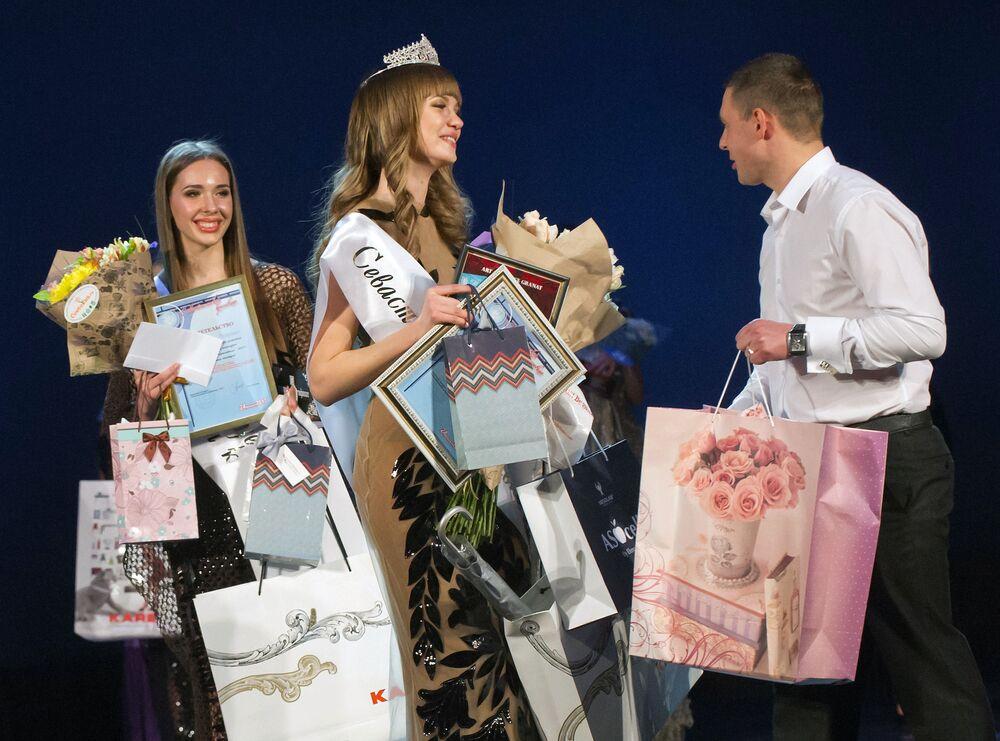 Piękne uczestniczki konkursu piękności  na Krymie