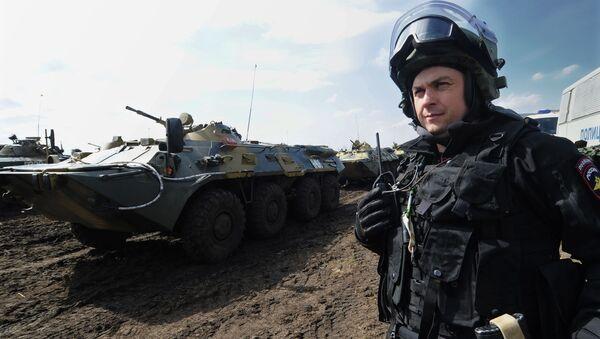 Żołnierz Wojsk Wewnętrznych MSW Rosji w czasie ćwiczeń na poligonie - Sputnik Polska